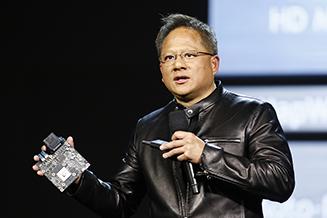 """מנכ""""ל NVIDIA מציג את המחשב לרכב בתערוכת CES בלאס וגאס, ינואר 2017. צילום יחצ - הנהלת התערוכה"""
