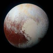 """פלוטו בתצלום עם צבע מלאכותי שנועד להדגיש הבדלים בפני השטח שלו, בצילום של ניו הורייזונב ב-14 ביולי 2015. מקור: נאס""""א."""