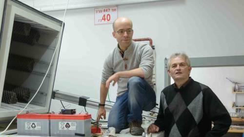 פרופ' אלי זלדוב (ימין) ודורי הלברטל מודדים חום במצבים קרים מאוד. מקור: מגזין מכון ויצמן.