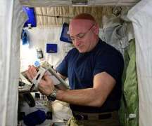 """האסטרונאוט סקוט קלי מבצע בדיקה של יכולות המוטוריקה העדינה שלו כחלק מהמשימה בת השנה שלו בתחנת החלל הבין-לאומית. משימה זו בדקה היכולת של קלי להשתמש המוטוריקה העדינה שלו: הצבעה, גרירה, העתקת צורה, וסיבוב - על אייפד של אפל, אחרי זמן ממושך בחלל. התמונה באדיבות נאס""""א."""