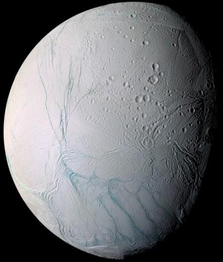 הירח אנסלדוס של שבתאי. בתחתית התמונה נראה הקוטב הדרומי שלו ובו רצועות הנמר שמהן יוצאים סילוני המים, הנובעים מאוקיינוס של מים נוזליים המתחבא מתחת לשכבת קרח חיצונית. מחקר החדש מצביע על כך ששכבת הקרח הזו דקה הרבה יותר משחשבו עד כה באזור הקוטב הדרומי, דבר שיכול לסייע רבות במשימת מחקר עתידית לירח. מקור: NASA/JPL/Space Science Institute.
