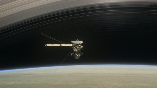הדמייה של קאסיני במהלך הצלילה בין שבתאי וטבעותיו. מקור: NASA/JPL-Caltech.