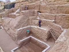 חפירה ארכיאולוגית בתוך שכבות האשפה מהתקופה הרומית הקדומה. צילום: אסף פרץ.