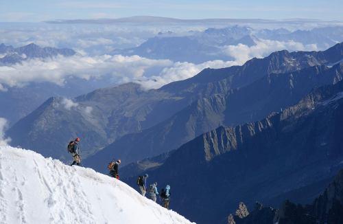 """מטפסי הרים, בהר """"מחט הצהרים"""" שברכס מון בלאן בצרפת. מקור: Benh LIEU SONG / Wikimedia."""