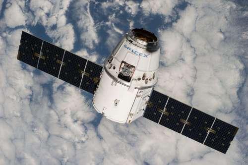 חללית הדרגון ששוגרה היום, במשימה הראשונה שלה לתחנת החלל בספטמבר 2014, בצילום מתחנת החלל עצמה. מקור: NASA.