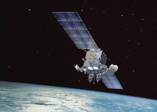 שידור של מפתחות הצפנה קוואנטיים מן החלל עשוי להקנות לאינטרנט חסינוּת בפני פריצות. הדמייה של לוויין תקשורת: U.S. Air Force.