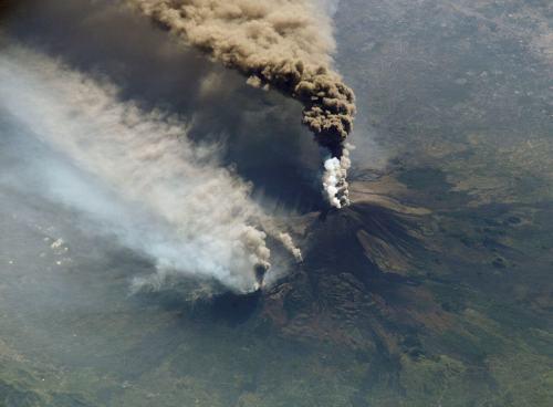 צילום מתחנת החלל הבינלאומית של התפרצות הר הגעש אטנה בסיציליה, 2002. מקור: NASA.