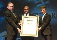 פרופ' שריניוואס קולקארני מקבל את פרס דן דוד בתחום האסטרונומיה. צילום: ישראל הדרי