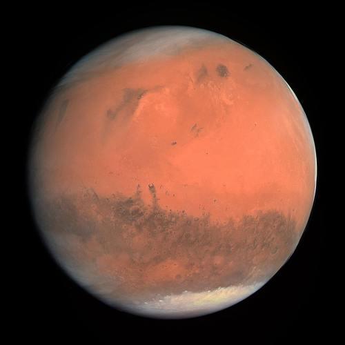 מאדים וכיפות הקרח בקטבים שולו. צולם על ידי החללית רוזטה במהלך יעף בקרבת מאדים ב-2007. מקור: ESA.