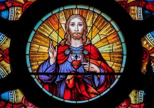 ישו הוצג כאיש צעיר בעל זקן ושֵׂער ארוך, וסימן היכר אחר שלו הוא חורים בכפות הידיים, שמרמזים על מִסמוּרוֹ לצְלב. צילום: The Photographer / Wikimedia.