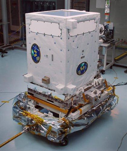 """טלסקופ החלל NICER שיחקור כוכבי ניוטרונים במהלך בנייתו. צילום: נאס""""א"""