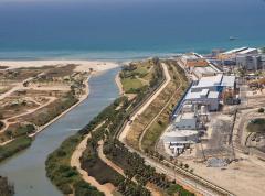 מתקן ההתפלה בחדרה. למרות ההתפלה, ואולי בגללה, מצב המים הטבעיים בישראל איננו מזהיר. צילום: IDE Technologies / Wikimedia.