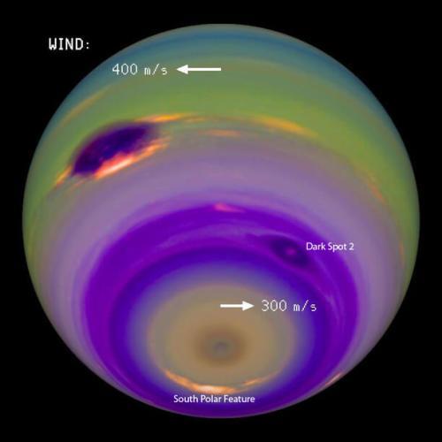 """בתמונה זו, הצבעים והניגודים שונו כדי להדגיש את התכונות האטמוספיריות של כוכב הלכת. הרוחות באטמוספרה של נפטון יכולות להגיע למהירות הקול ואף יותר. הכתם האפל הגדול נראה בברור מצד שמאל. כמה תוואים, ובהם """"כתם אפל 2"""" והתצורה """"South Polar Feature"""". מקור: /Erich Karkoschka University of Arizon."""