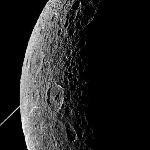 הירח דיון בצילום של קאסיני ב-2015. מקור: NASA/JPL-Caltech/Space Science Institute.