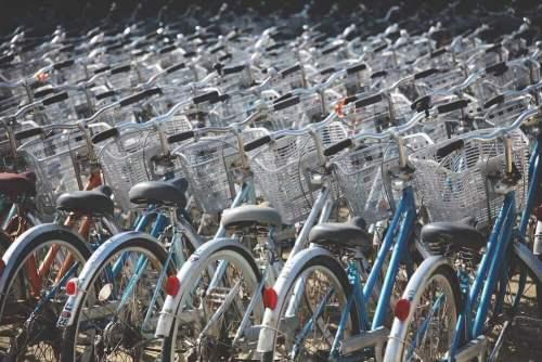אופניים בעיר. תצלום: Berto Macario on Unsplash.