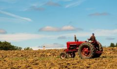 חקלאי. חיייבים לגוון את מקורות הגידולים החקלאיים שלנו. תצלום: Nicolas Barbier Garreau on Unsplash.