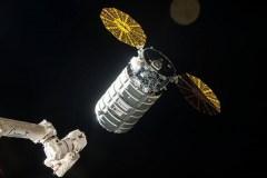 """חללית המטען סיגנוס שנשאה את המעבדה לתחנת החלל הבינלאומית (צילום: נאס""""א)."""
