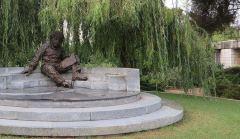 פסל אלברט איינשטיין בסמוך לבנה האקדמיה הישראלית למדעים. צילום: Jpbowen, Wikimedia.