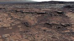 """האזור במכתש גייל שבו ביצעה קיוריוסיטי חיפוש אחר מינרלים קרבונטים. מקור: נאס""""א."""