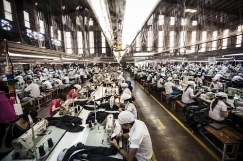 מתפרה בוויאטנם. מהבגדים נהנים אולי לקוחות הקצה אך חלק ניכר מהנזקים הסביבתיים נשאר במדינה היצרנית. תצלום: ILO in Asia and the Pacific.