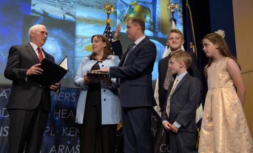 """מנהל נאס""""א הנכנס ג'ים ברנדסטין ובני משפחתו בטקס ההשבעה שערך סגן נשיא ארה""""ב מייק פנס. צילום: NASA/Bill Ingalls"""