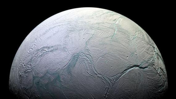 הקוטב הדרומי של אנסלדוס. שונה מאוד מהקוטב הצפוניו - אין בו מכתשים רבים וממנו פורצים הגייזרים המפורסמים של הירח. מקור: NASA.