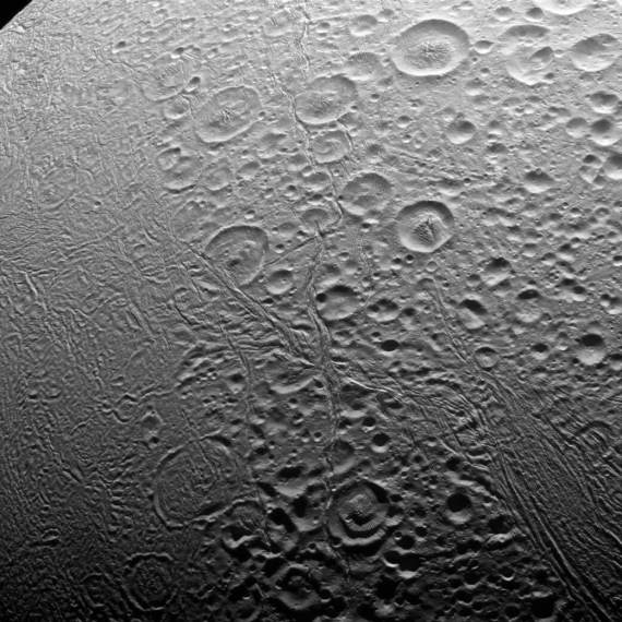 צילום תקריב של הקוטב הצפוני של אנסלדוס. מקור: NASA.