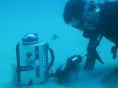 צוללן משתמש במצלמת קיטוב תת-מימית עם עדשת עין הדג, בתצורה הדומה לאופן שבו חסילון המנטיס אוסף נתוני רגישות. צילום: University of Illinois at Urbana-Champaign