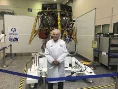 מוריס קאהן על רקע החללית של SpaceIL בחדר הנקי של התעשיה האווירית. צילום: אבי בליזובסקי