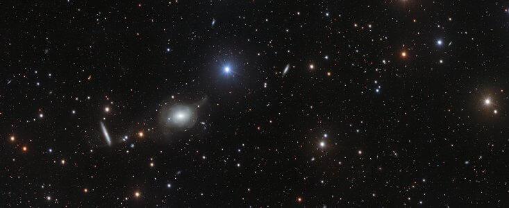 הרבה גלקסיות זוהרות ממלאות את התמונה העשירה הזאת שצולמה באמצעות טלסקופ הסקר VLT של ESO, טלסקופ מתקדם של 2.60 מטר שתוכנן לסקור את השמיים באור נראה. התכונות של הגלקסיות הרבות שמפוזרות על פני התמונה מאפשרות לאסטרונומים לחשוף את הפרטים הכי עדינים של מבנה הגלקסיות.