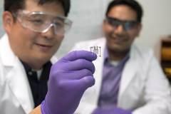 החוקר הראשי אוחז בידו תא של ביו-דלק המופעל על ידי גלוקוזה [באדיבות אוניברסיטת המדינה של וושינגטון]