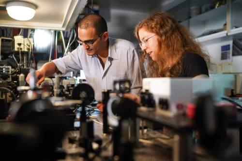 הדוקטורנטים דקלה אורן (מימין) ואלחנן מגיד. צילום: ניצן זוהר, דוברות הטכניון