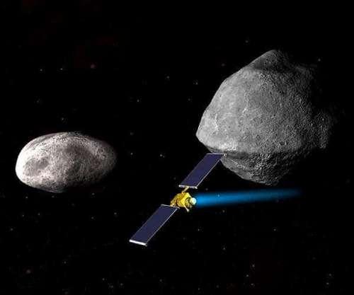 """התרשמות אמן של החללית ( - Double Asteroid Redirection Test DART) של נאס""""א, המאיצה את מהירותה, לעבר הקטן מבין שני הגופים במערכת האסטרואידים Didymos. איור: נאס""""א/APL"""