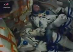 """האסטרונואט מייקל הייג והקוסמונאוט אלכסיי אובצ'ינין עוברים רעידות בעת נחיתת החירום בקזחסטן לאחר תקלה במשגר. צילום מסך מתוך הטלוויזיה של נאס""""א"""