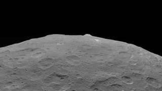 """תצלום של קרס ואחד מציוני הדרך המרכזיים שלו הר Ahuna Mons. גם תמונה זו צולמה ב-1 בספטמבר 2018 מגובה של 3,570 ק""""מ. קרדיטים: NASA / JPL-Caltech / UCLA / MPS / DLR / IDA"""
