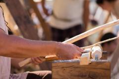 משחיז סכינים המשתמש בכלים מהתקופה הרומית. צילום: shutterstock
