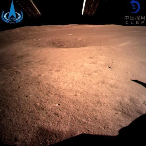 איזור הנחיתה של החללית הסינית צ'נג'ה 4 במכתש פון קרמן בצד המרוחק של הירח, מיד לאחר נחיתתה ב-2 בינואר 2019 צילום: מינהל החלל הלאומי של סין.