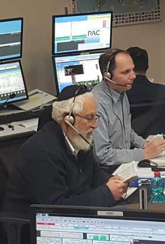 אלכס פרידמן (משמאל) ויואב לנדסמן בחדר הבקרה לפני התמרון. צילום: התעשייה האווירית