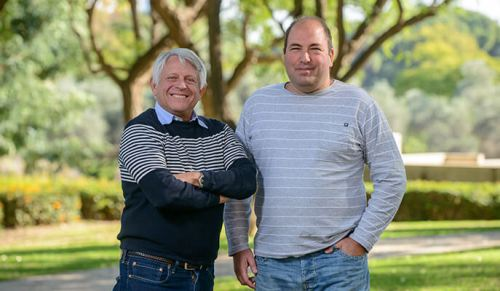 """משמאל: פרופ' אד באייר וד""""ר יואב ברק. פרופ' באייר גילה את הצלולוזום בתחילת שנות השמונים של המאה הקודמת"""