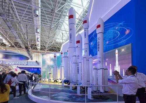 זהואי, סין, 6 בנובמבר 2018: דגמים של משגרים עתידיים בסדרת לונג מארץ' בתערוכה הסינית ה-12 לתעופה וחלל. צילום: Shutterstock.com