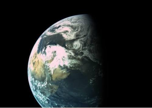 """כדור הארץ כפי שצולם ב-31 במארס 2019 מהחללית """"בראשית"""" העושה את דרכה לירח. הצילום בוצע כאשר החללית היתה בגובה של כ-16 אלף ק""""מ, ורואים בו את סביבת המזרח התיכון וצפון מזרח אפריקה, כאשר ישראל מכוסה בעננים. יום זה היה סוער במיוחד. צילום: התעשיה האווירית  ועמותת SpaceIL"""