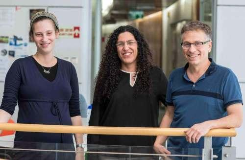 """מימין: פרופ' צחי פלפל, ד""""ר אורנה דהאן וסיון קמינסקי-שטראוס. הציבו אתגר אבולוציוני. צילום: דוברות מכון ויצמן"""