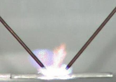 תמונה של פריקת פלזמה בשנייה הראשונה המראה את השפעת הפריקה על שכבת המתכת (צבע כחול) ועל שכבת הפלסטיק (צבע כתום) [באדיבות Prof. Hamid Hosano].