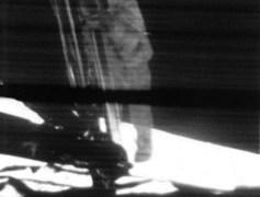 """הצעד הראשון על הירח, כפי שנקלט במצלמת הוידאו של רכב הנחיתה של אפולו 11 הלוא הוא העיט. צילום: נאס""""א"""