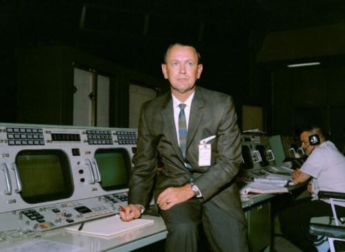 הוביל את התפיסה כי הפקח הוא האחראי העליון על המשימה ואין לערער על קביעותיו. קראפט במרכז הבקרה   צילום: NASA