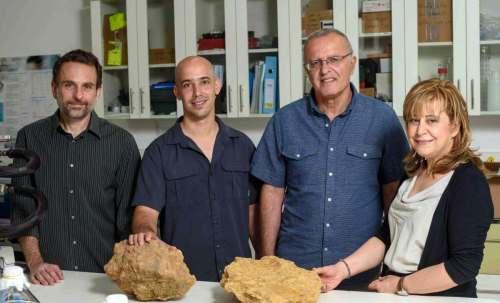 מימין: ד״ר רות ים, פרופ׳ אלדו שמש, ניר גלילי ופרופ׳ איתי הלוי. הים הוא אותו ים (כמעט). צילום: דוברות מכון ויצמן