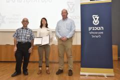 """הזוכה בפרס הראשון בתחרות הסטודנטים לפיתוחים בטחוניים בטכניון 2019. מימין לשמאל: פרופ' אלון וולף, אלינור גינזבורג ותא""""ל (מיל') פרופ' יעקב נגל."""