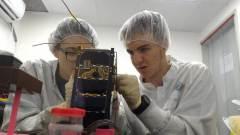 תלמידי תיכון מרכיבים את הלוויין דוכיפת 3. צילום: מרכז המדעים הרצליה