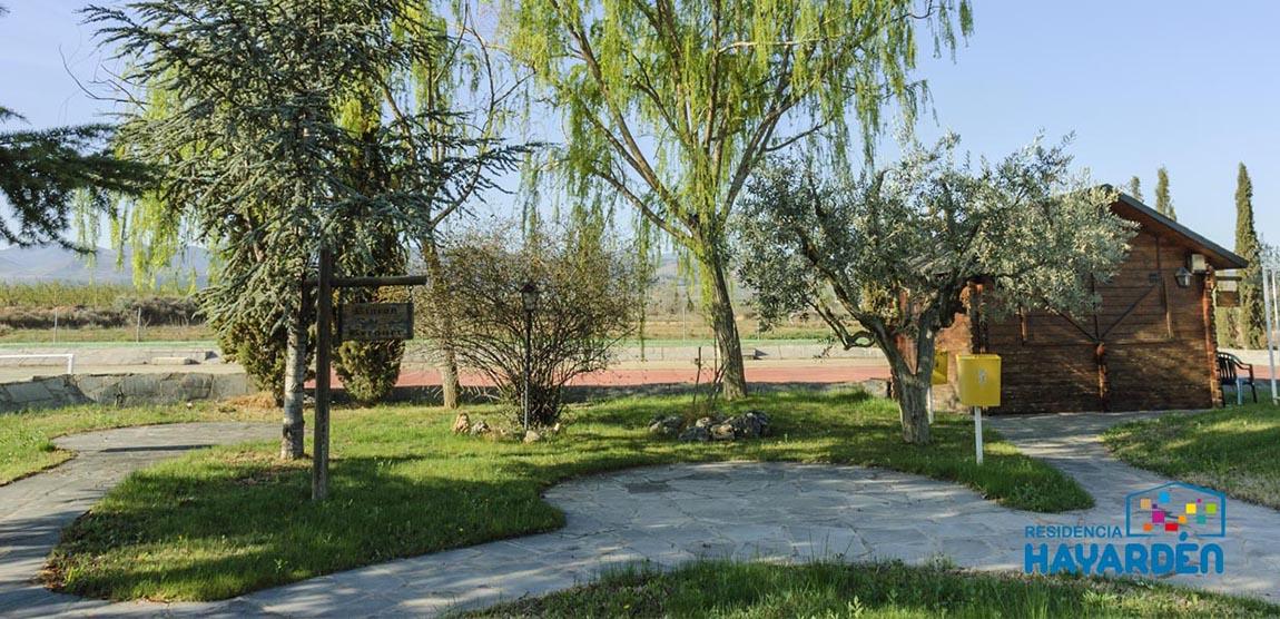 14.000 metros cuadrados de instalaciones. Espacios abiertos de suelo firme para pasear. Amplios jardines con zona deportiva, pistas de petanca.