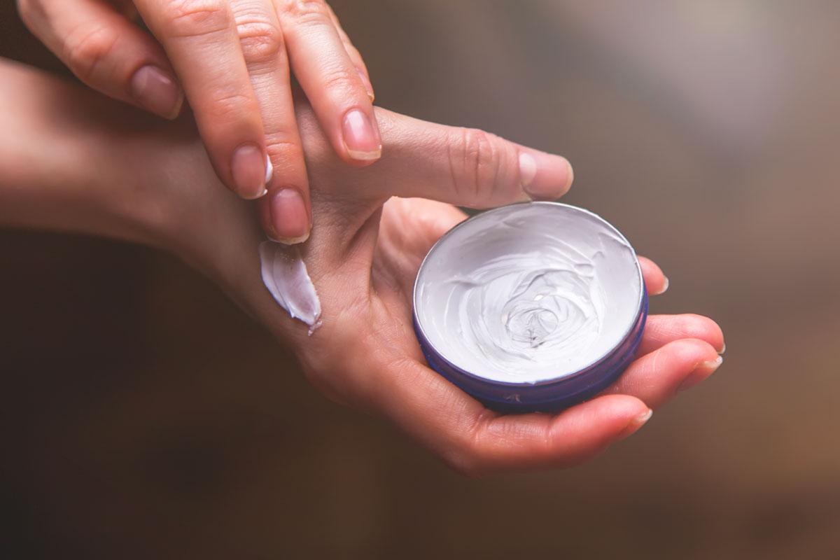 mani screpolate in inverno - rimedi cosmetici e naturali